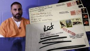Pablo Ibar, en una imagen de un documental de la Sexta, junto a las cartas que le envió al barcelonés Alfonso Flores.