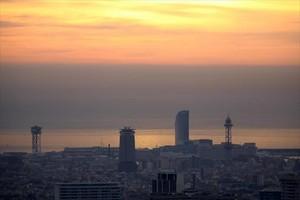 Panorámica de la ciudad de Barcelona bajo una espesa nube de contaminación.
