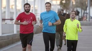 Pedro Sánchez corre junto a dos simpatizantes, este lunes en Cádiz.
