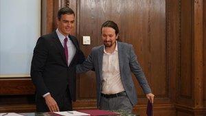 Pedro Sánchez y Pablo Iglesias, tras la firma del acuerdo de gobierno en el Congreso.