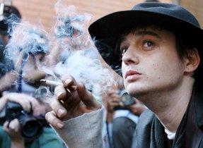 AR07 LONDRES (REINO UNIDO), 22/03/2010. Fotografía de archivo fechada el 7 de agosto de 2007 que muestra al cantante británico Pete Doherty, solista del grupo Babyshambles, fumando un cigarrillo mientras espera una sentencia en el Juzgado de primera instancia de Londres, Reino Unido. Una portavoz de la Policía metropolitana de Londres informó hoy, lunes 22 de marzo de 2010, de que Doherty fue detenido el 19 de marzo de 2010 y posteriormente puesto en libertad bajo fianza por la sospecha de suministrar drogas a la cineasta Robin Whitehead, miembro de una multimillonaria familia británica y fallecida el pasado enero por una supuesta sobredosis. Whitehead grabó en 2009 un documental, The Road to Albion, sobre la que anterior banda de Doherty, The Libertines, y había dedicado sus diez últimos días a rodar una segunda película sobre el músico. EFE/Andy Rain