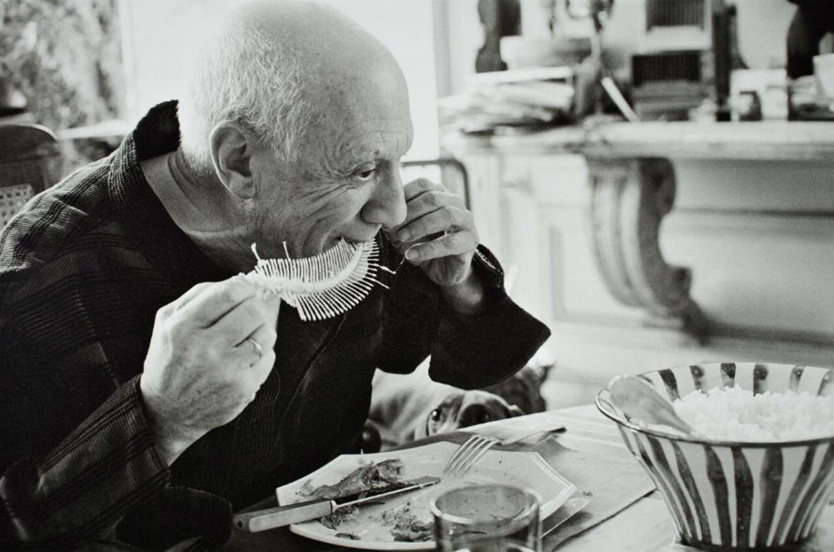 Picasso realizando 'Plato con fósil de pez' (1957).