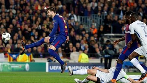 Piqué despeja un balón en el encuentro de Champions frente al Chelsea.