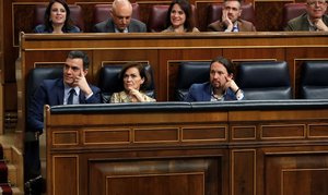 GRAF4588. MADRID, 04/02/2020.- El presidente del Gobierno, Pedro Sánchez (i), junto a la vicepresidenta primera del Ejecutivo, Carmen Calvo (c), y el vicepresidente segundo, Pablo Iglesias (d), desde sus escaños, durante el pleno celebrado este martes en el Congreso de los Diputados en Madrid. EFE/Zipi