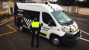 Un vehículo y un agentes de la Policía Local de Granada