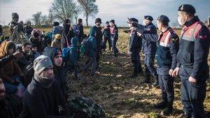Policías turcos cierran el paso a refugiados en la frontera de Pazarkule, este martes.