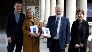 El president del IEC, Joandomenec Ros, y la presidenta de la Seccio Filologica, Teresa Cabré, con la nueva Gramàtica A su lado, los coordinadores de la obra, Gemma Rigau y Manuel Perez Saldanya.