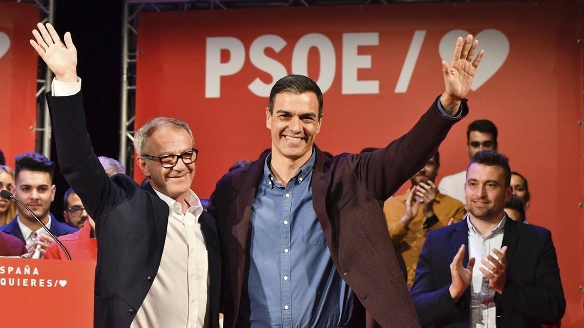 El presidente del Gobierno, Pedro Sánchez, y el ministro de Cultura, José Guirao, en un acto de precampaña en Almería.