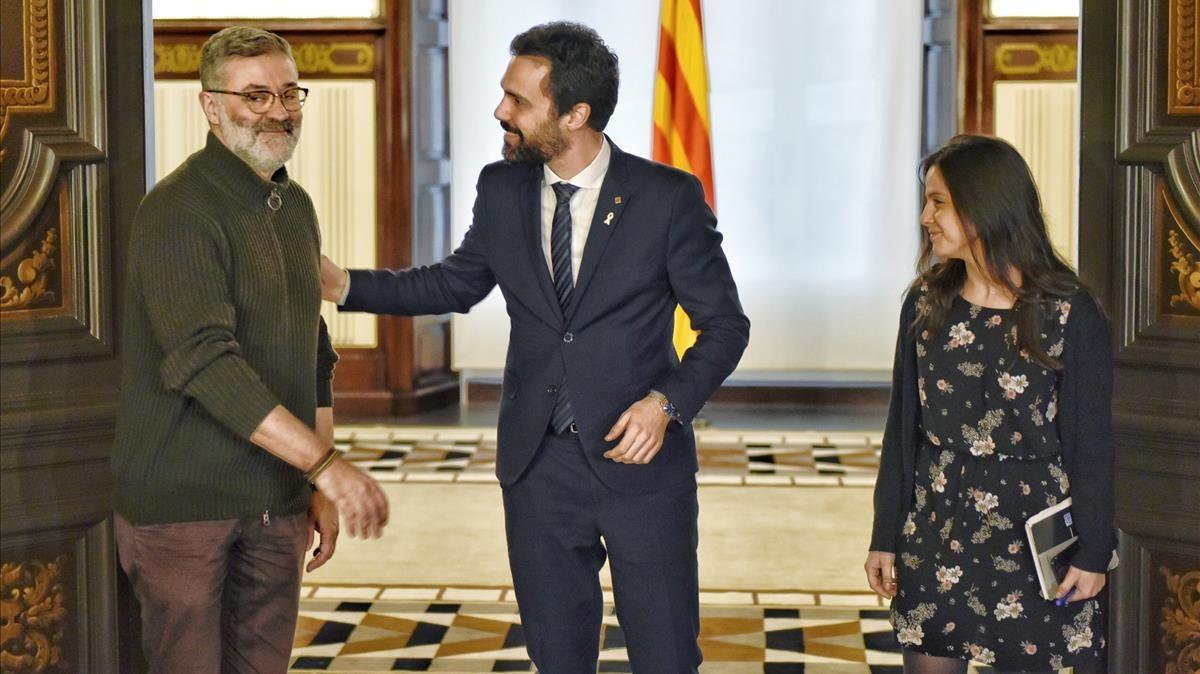 El presidente del Parlament, Roger Torrent, saluda a los diputados de la CUP Carles Riera y Maria Sirvent.