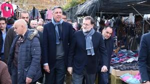 El presidente, Mariano Rajoy, junto a Xavier García Albiol, paseando este miércoles por el barrio badalonés de Llefià.