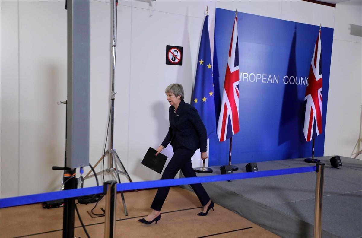 La primera ministra británica, Theresa May, camina después de dar una conferencia de prensa en el primer día de la cumbre de la UE centrada en el Brexit en Bruselas.