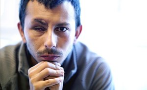 El profesor chileno Matías Orellana, que ha perdido un ojo por el impacto de un bote de gas lacrimógeno, posa en Madrid para EL PERIÓDICO.