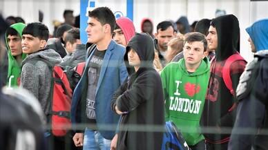 """Oenegés francesas tildan de """"abusiva"""" la política migratoria de Macron"""