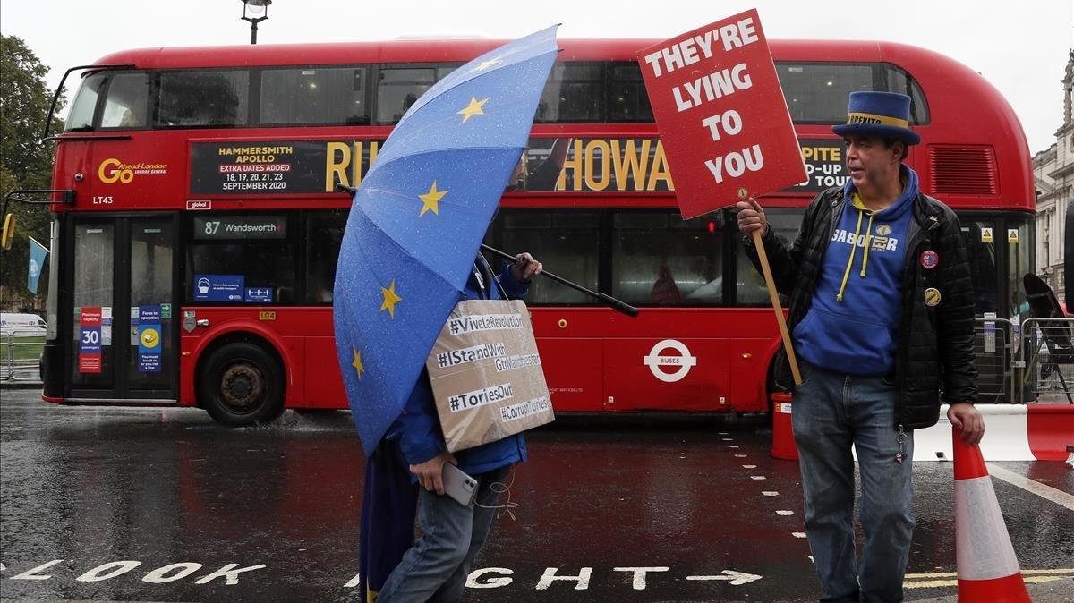 Dos personas contrarias al 'brexit' se manifestasn ayer miércoles frente al Parlamento británico en Londres.