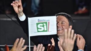 Renzi saluda a sus seguidores tras un discurso durante la campaña por el 'sí' en el referéndum constitucional, en Florencia, el 2 de diciembre.
