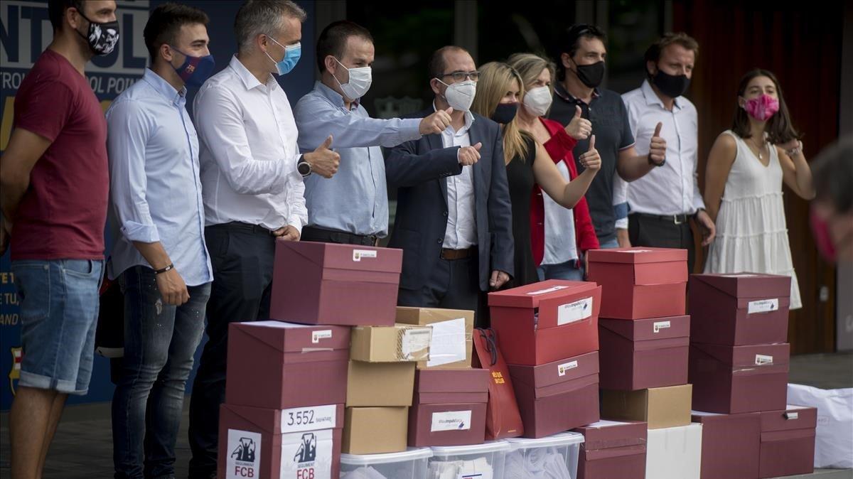 Representantes de los grupos que han promovido la moción de censura a Bartomeu, enfrente del Auditori, antesde entregar las firmas recogidas.