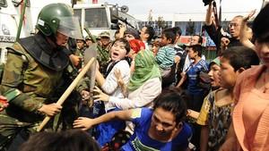 La policía china carga contra una manifestación de uigures en Urumqi, en la provincia deXinjiang.