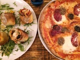 La pizza Otro rollo, con espaldita de cerdo, además de mozzarella (también de búfala fresca), tomate y rúcula, y la pizza Pork, conlonganiza, butifarra negra, butifarra blanca y butifarra de perol sobre una base de tomate y mozzarella de búfala fresca.