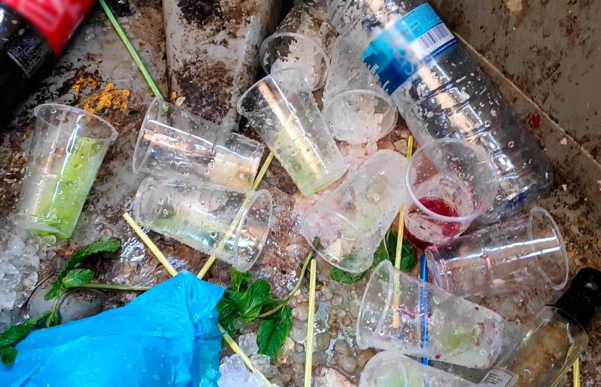 Restos de bebidas de vendedores ambulantes, en un contenedor.
