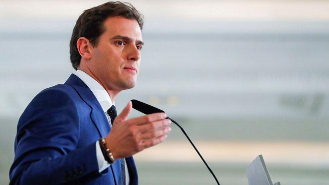 Rivera anima a Casado al gobierno de coalición: Ánimo Pablo, no vamos tarde.