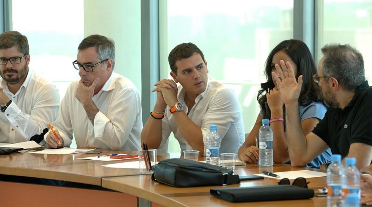 Rivera, con sus principales colaboradores, durante la reunión de la ejecutiva de Ciudadanosel martes 26 de julio en Madrid.