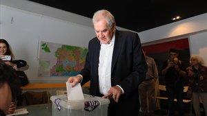 Ernest Maragall vota enlas primarias para ser alcaldable por Barcelonaenla sede de ERC de Sarrià-Sant Gervasi.
