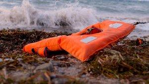 Un chaleco abandonado en una playa.