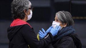 Una hijaprotege con una mascarillaa su madre antes de entrar al Hospital La Paz de Madrid, el 7 de abril.