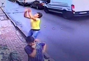 Salva la vida de una niña al cogerla cuando caía desde un balcón