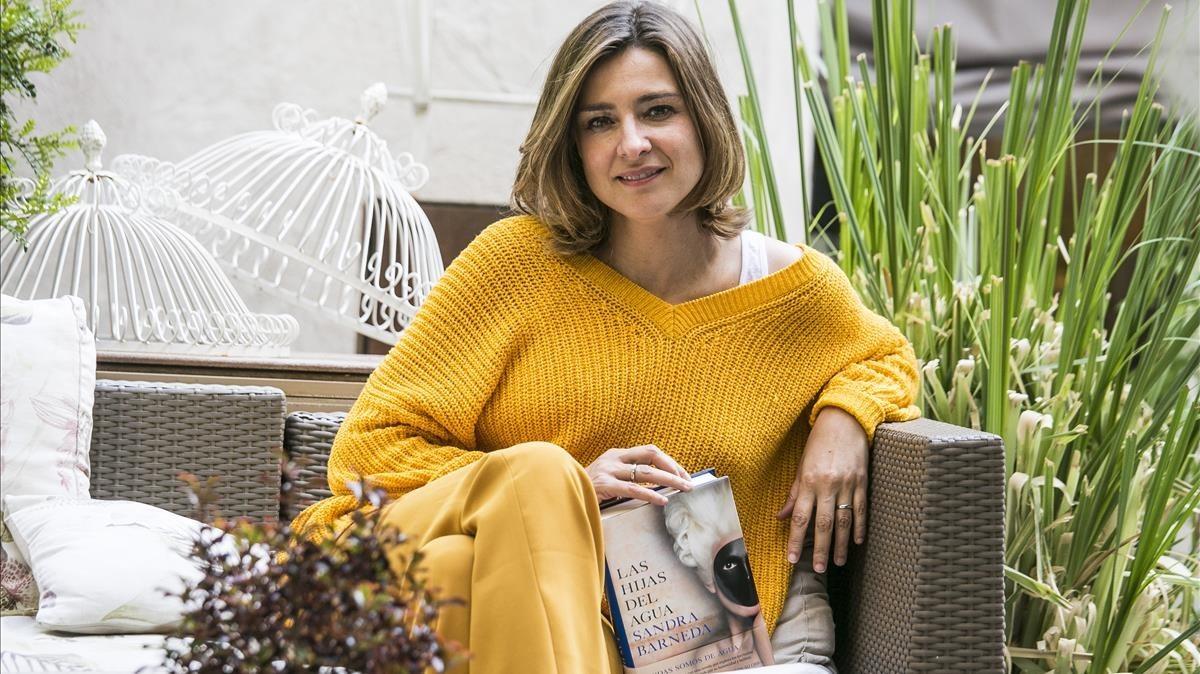 Sandra Barneda, durante la entrevista, con su libro 'Las hijas del agua'.
