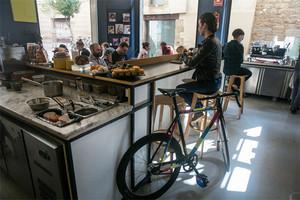 Satans Coffee Corner. Tienen normas contra los carritos de bebé, pero no contra las bicis. Vienen más clientes con bicicletas que sin, asegura su dueño.