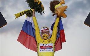 Tadej Pogacar, en el podio de París.