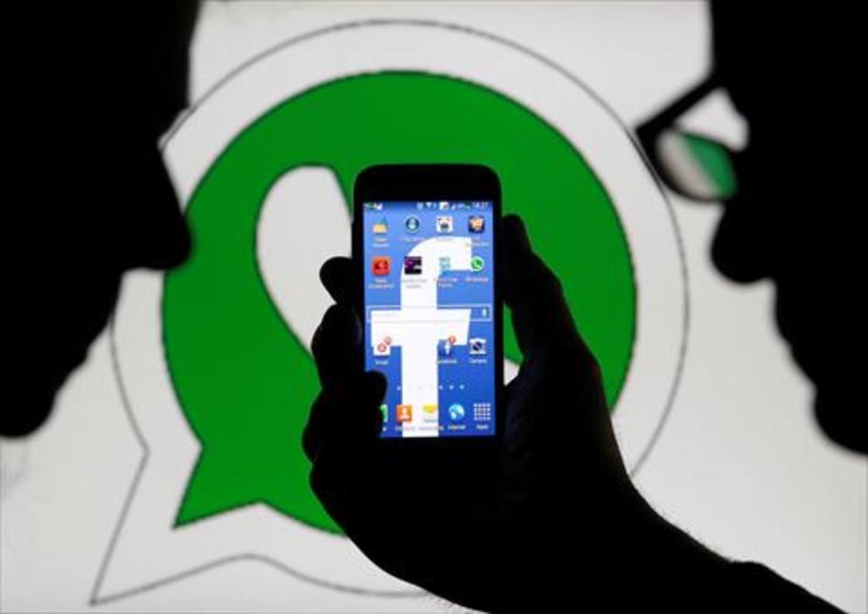 Un smartphone con el logo de Facebook.