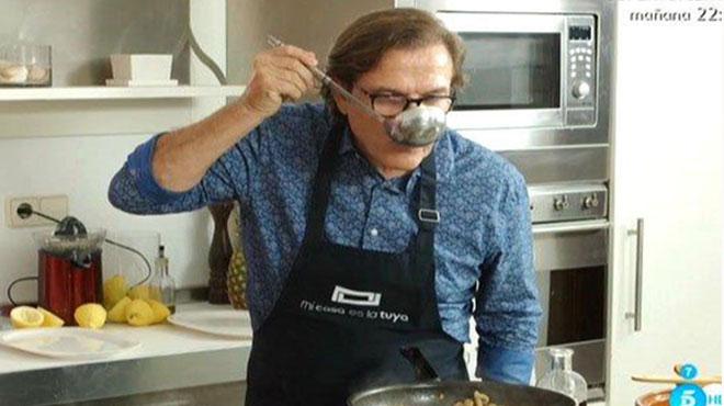 Pepe Navarro probando el guiso en 'Mi casa es la tuya' (Tele 5).