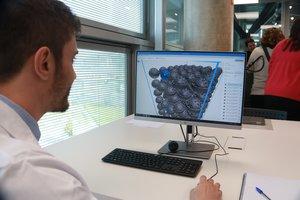 Un técnico trabajando en una impresión 3D en las instalaciones del Consorci.