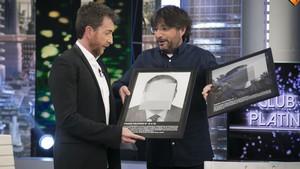 Jordi Évole regala dos obras de Santiago Sierra, de ARCO, en El hormigero (A-3TV).