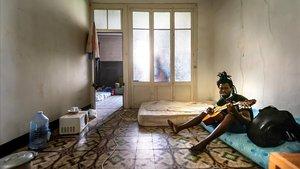 Un temporero de Lleida, en el piso donde duerme estos días.