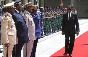 Teodoro Obiang (derecha) pasa revista a laguardia de honor gabonesa en Libreville, la capital del país.