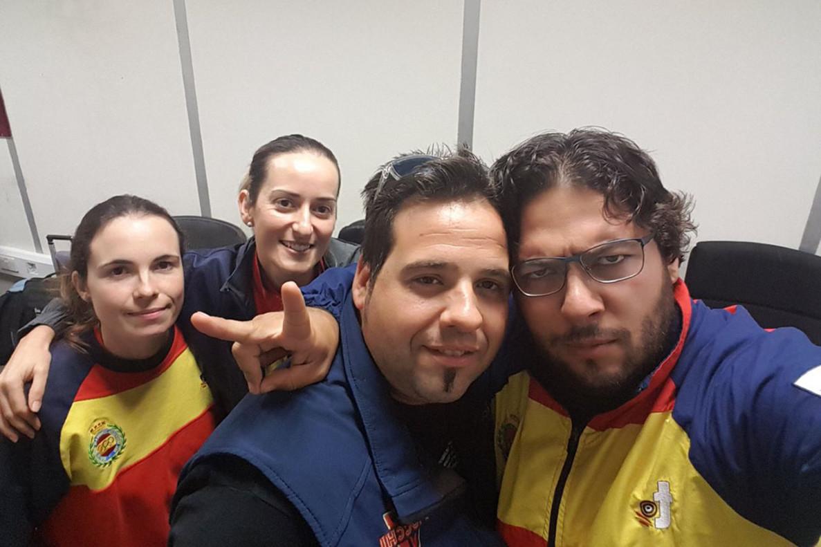 Fotografía colgada en las redes sociales del equipo, en el aeropuerto de Dubai.