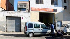 A la izquierda, puerta del garaje delante del cual se ha producido el tiroteo en Sant Adrià deBesòs.