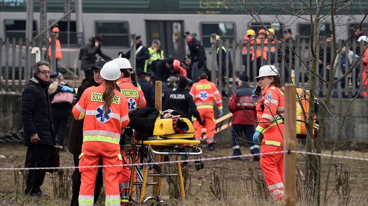 Un tren ha descarrilado a las siete de la mañana cerca de la ciudad de Milán dejando, al menos, dos pasajeros muertos y un centenar de heridos, 10 de ellos graves.