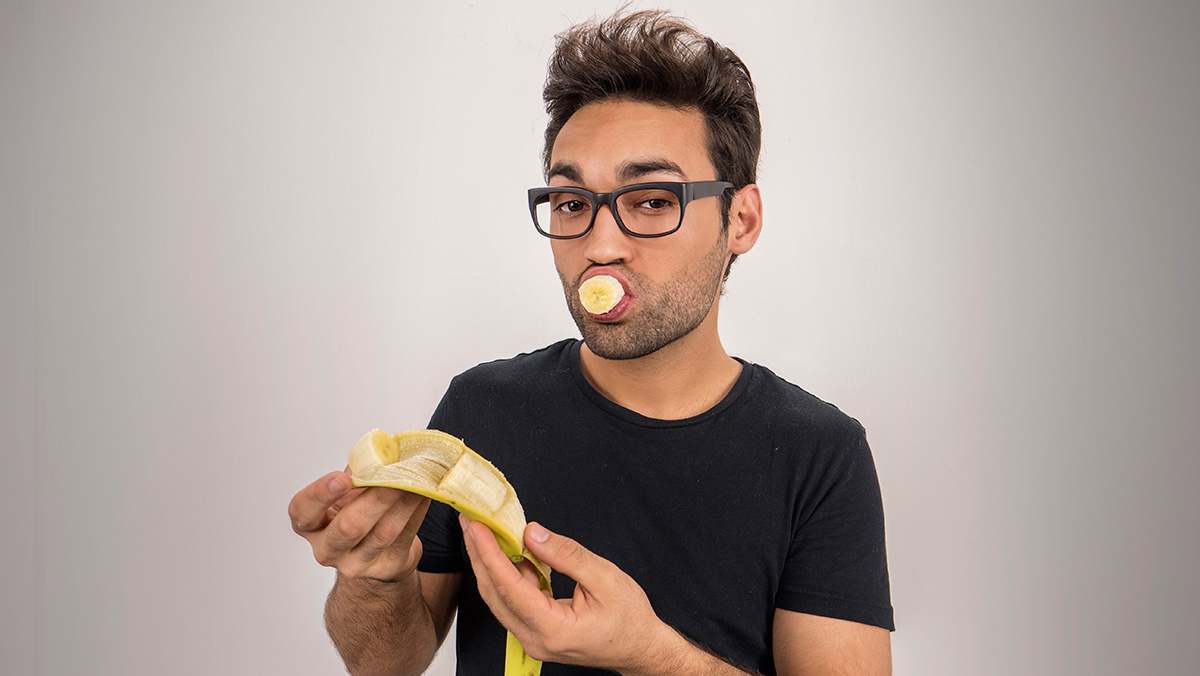 El showmagnos explica cómo cortar un plátanosin tocarlo.