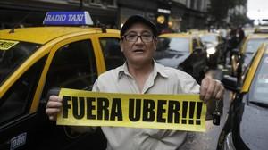 Un taxista protesta contra Uber en Buenos Aires.
