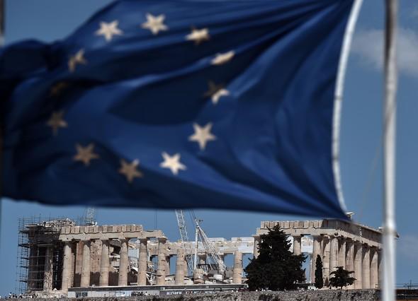 Una bandera de la Unión Europea y el Partenón griego.