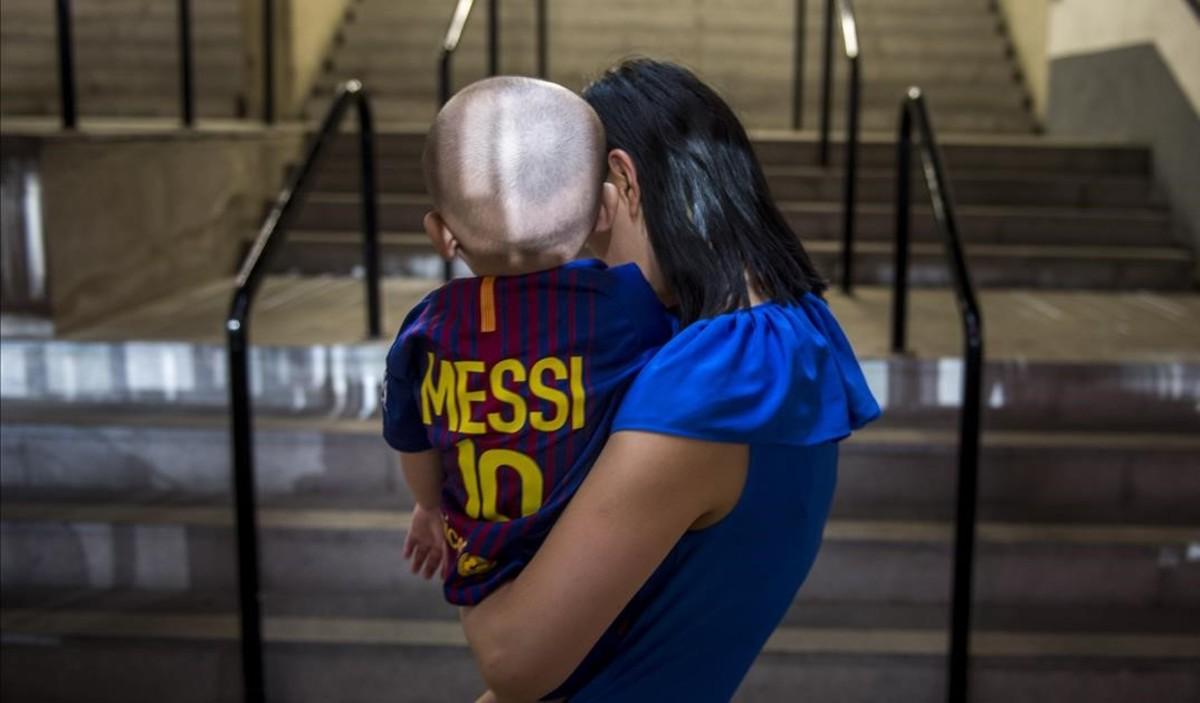 Una madre con su hijo en el Camp Nou.