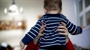 Una madre cuida de su bebé en su casa, en Madrid.