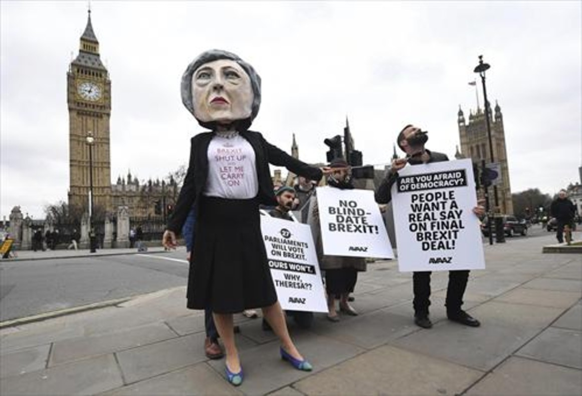 Una manifestante crítica con el brexit, disfrazada de Theresa May.