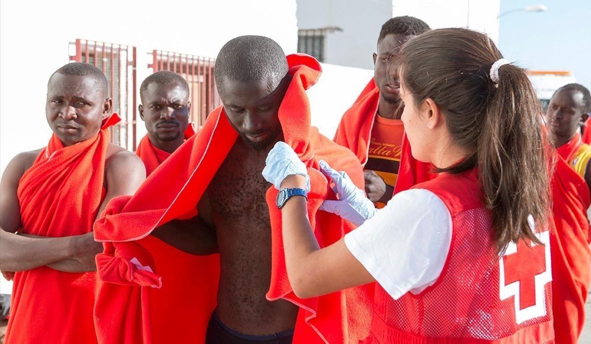 Una médico atiende a inmigrantes en el puerto de Motril.