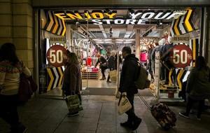 Una tienda de ropa del Portal de l'Àngel luce ya los carteles de rebajas, ayer.