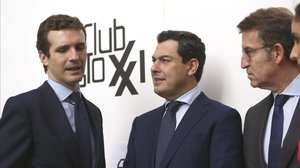 Pablo Casado (izquierda), con el candidato a la Junta, Juanma Moreno (centro) y el presidente de la Xunta, Alberto Núñez Feijóo.